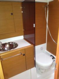 Forward cabin en suite