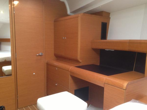 Forward Cabin, dressing table