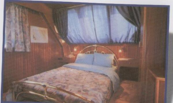 The Queen size bed Cabin